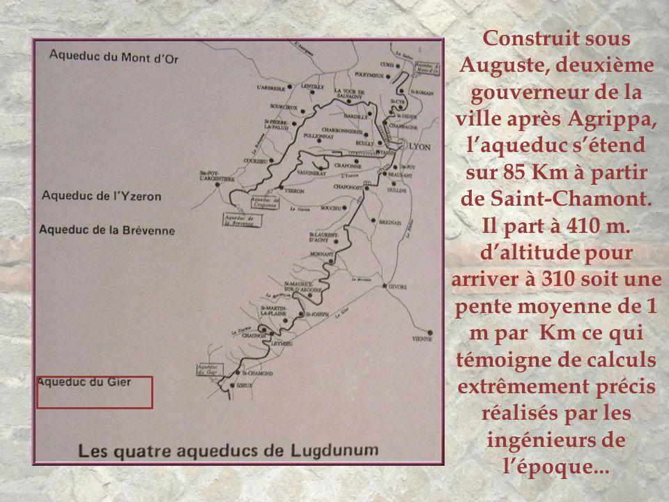Construit sous Auguste, deuxième gouverneur de la ville après Agrippa, l'aqueduc s'étend sur 85 Km à partir de Saint-Chamont.