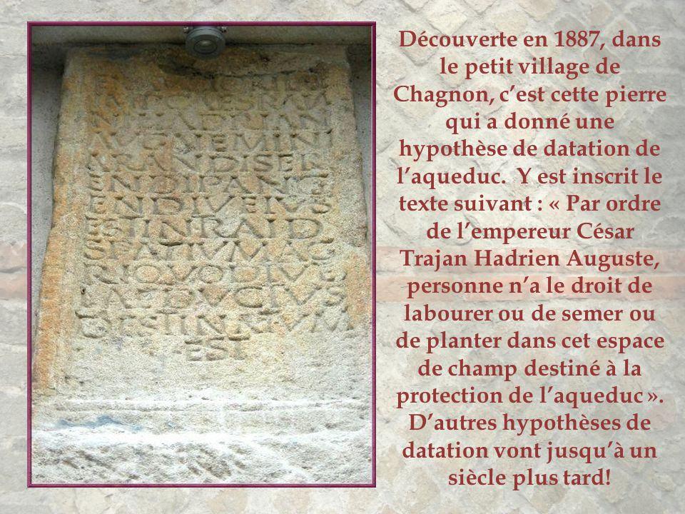 Découverte en 1887, dans le petit village de Chagnon, c'est cette pierre qui a donné une hypothèse de datation de l'aqueduc.