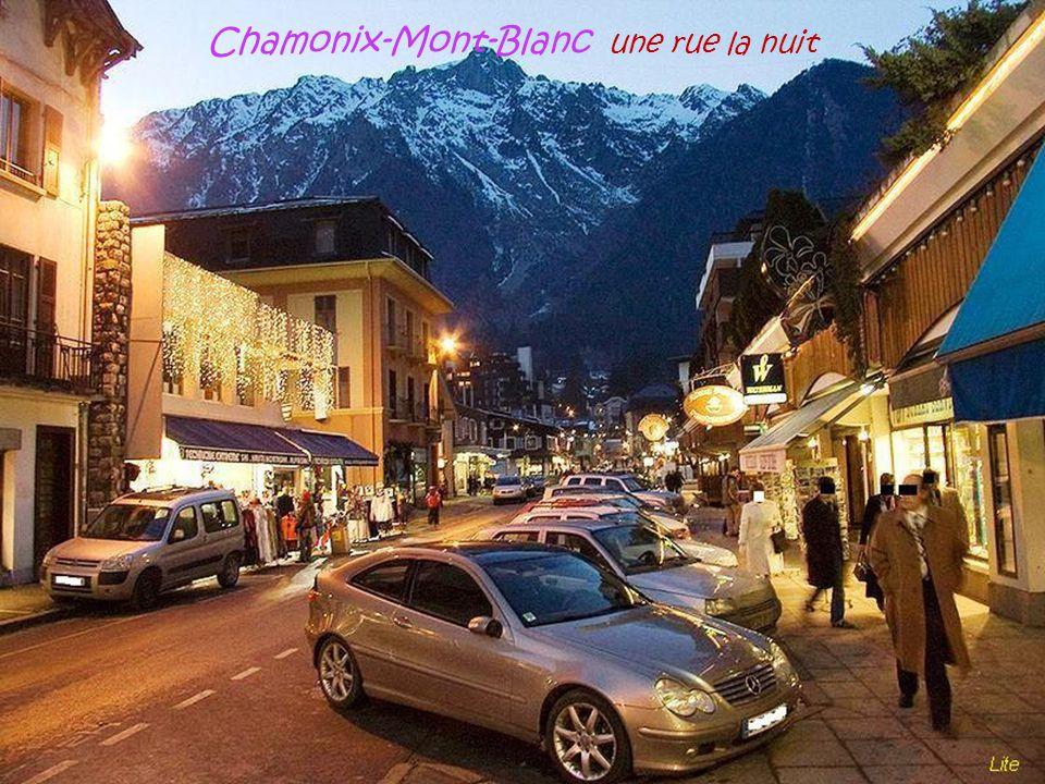 Chamonix-Mont-Blanc une rue la nuit