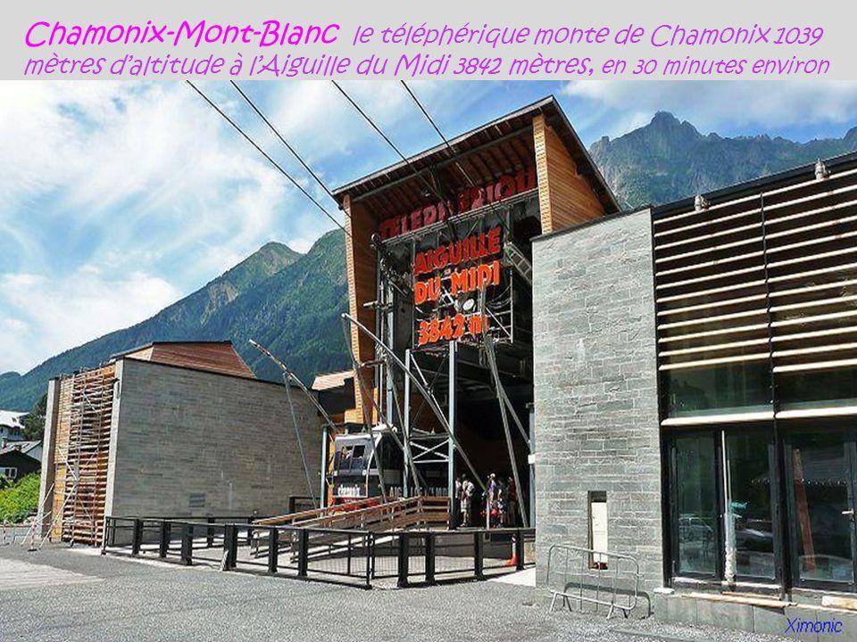 Chamonix-Mont-Blanc le téléphérique monte de Chamonix 1039 mètres d'altitude à l'Aiguille du Midi 3842 mètres, en 30 minutes environ