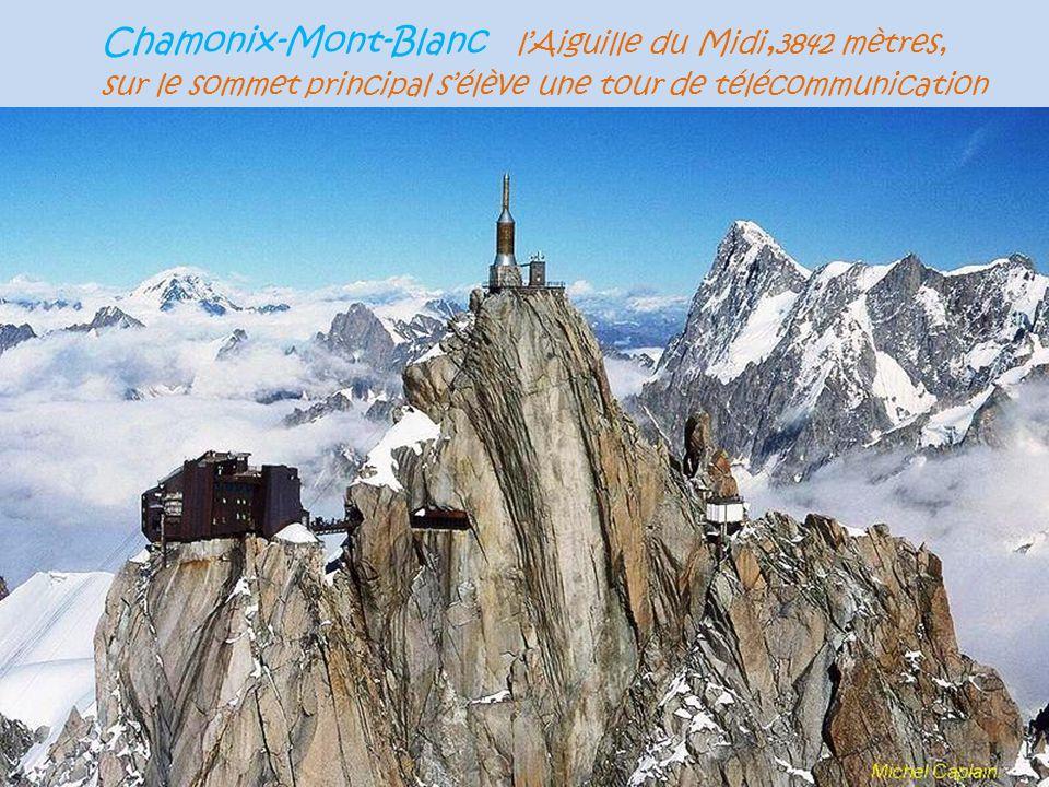 Chamonix-Mont-Blanc l'Aiguille du Midi,3842 mètres, sur le sommet principal s'élève une tour de télécommunication