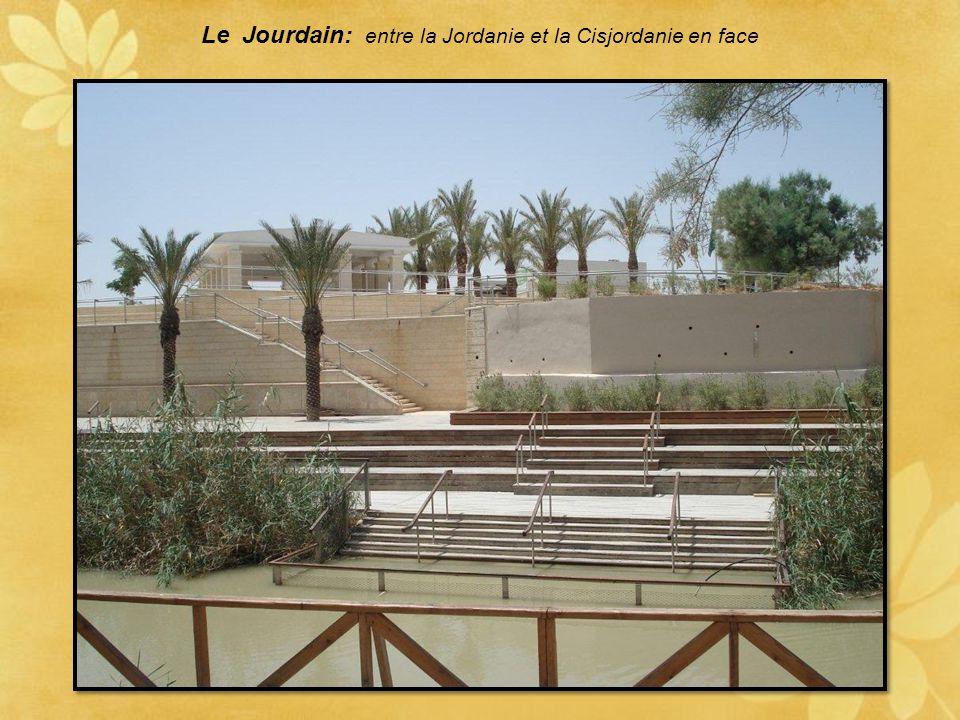 Le Jourdain: entre la Jordanie et la Cisjordanie en face