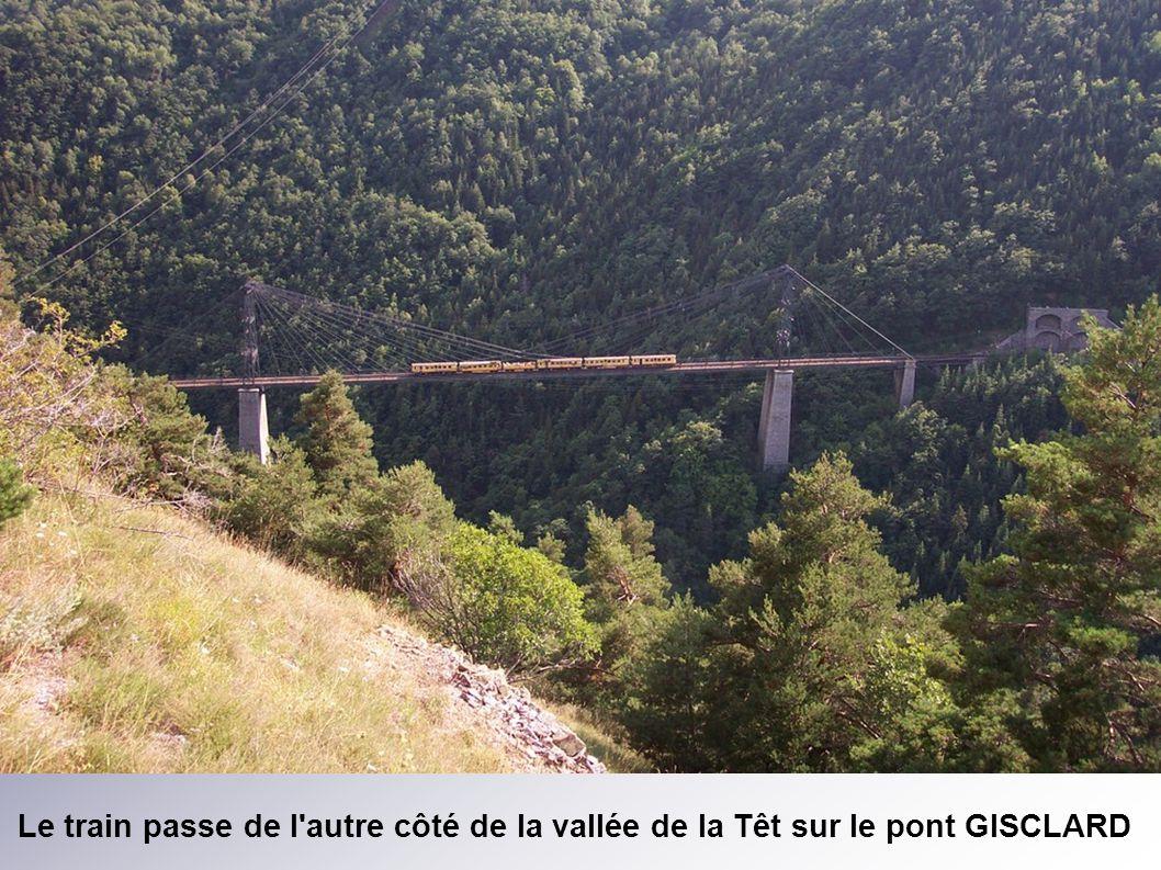 Le train passe de l autre côté de la vallée de la Têt sur le pont GISCLARD