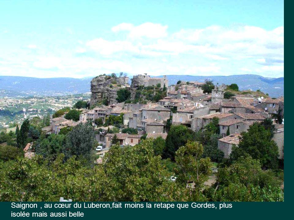 Saignon , au cœur du Luberon,fait moins la retape que Gordes, plus isolée mais aussi belle