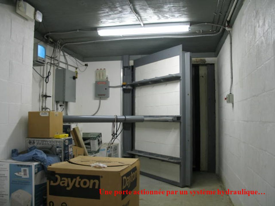 Une porte actionnée par un système hydraulique…