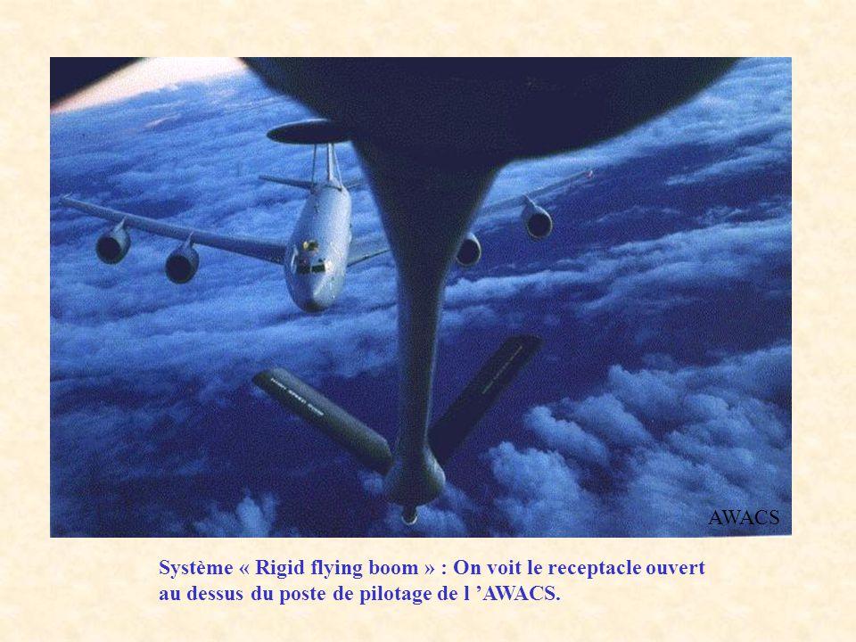 AWACS Système « Rigid flying boom » : On voit le receptacle ouvert au dessus du poste de pilotage de l 'AWACS.