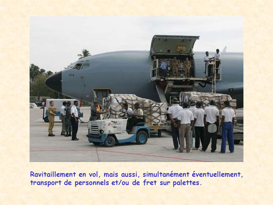 Ravitaillement en vol, mais aussi, simultanément éventuellement, transport de personnels et/ou de fret sur palettes.