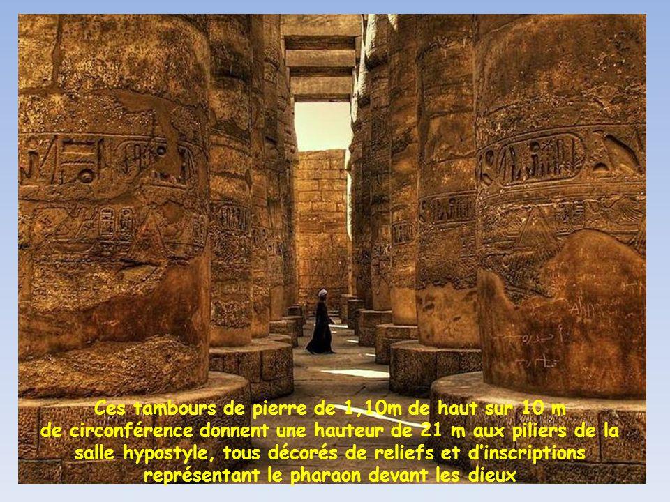 Ces tambours de pierre de 1,10m de haut sur 10 m de circonférence donnent une hauteur de 21 m aux piliers de la salle hypostyle, tous décorés de reliefs et d'inscriptions représentant le pharaon devant les dieux