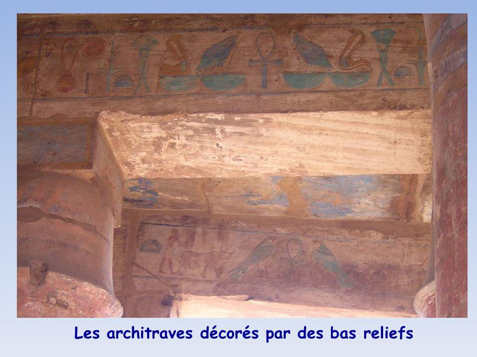 Les architraves décorés par des bas reliefs