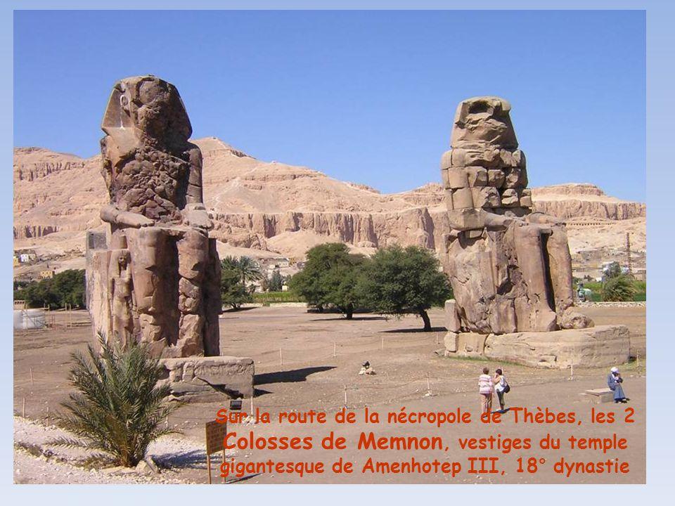 Sur la route de la nécropole de Thèbes, les 2 Colosses de Memnon, vestiges du temple gigantesque de Amenhotep III, 18° dynastie