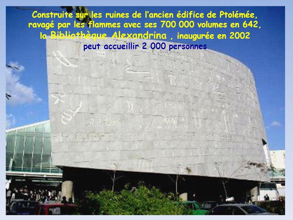 Construite sur les ruines de l'ancien édifice de Ptolémée, ravagé par les flammes avec ses 700 000 volumes en 642, la Bibliothèque Alexandrina , inaugurée en 2002 peut accueillir 2 000 personnes