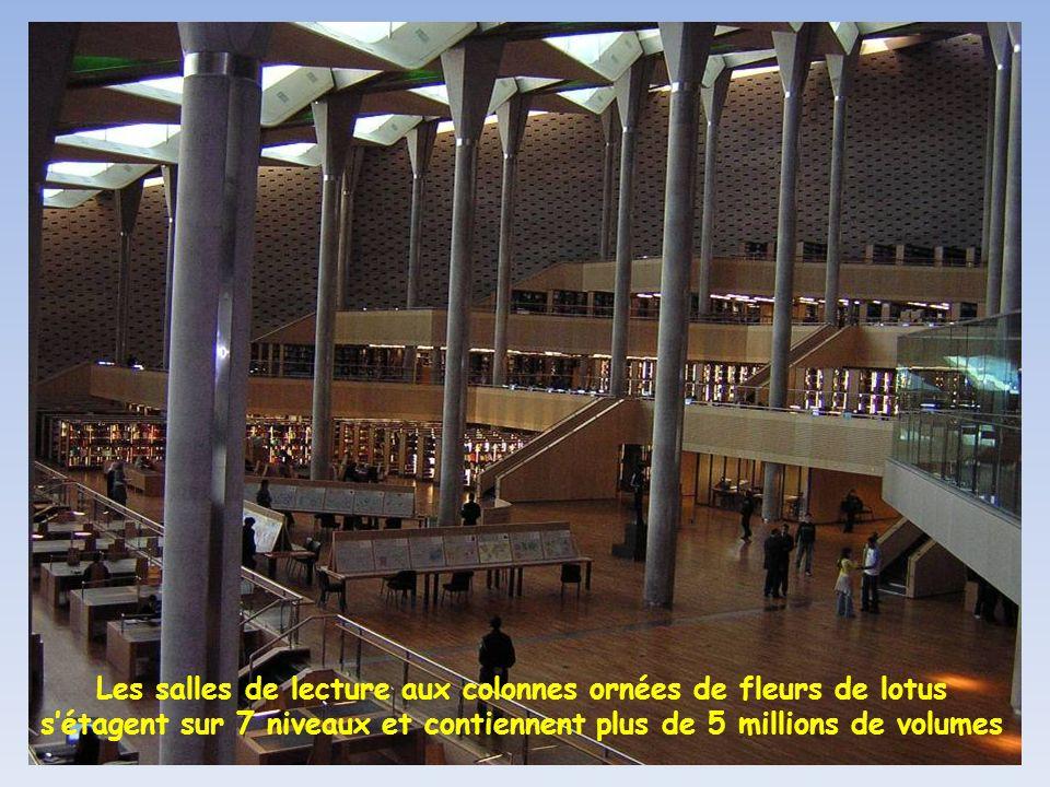 Les salles de lecture aux colonnes ornées de fleurs de lotus s'étagent sur 7 niveaux et contiennent plus de 5 millions de volumes