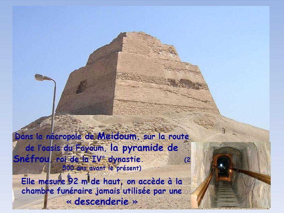 Dans la nécropole de Meidoum, sur la route de l'oasis du Fayoum, la pyramide de Snéfrou, roi de la IV° dynastie. (2 500 ans avant le présent)