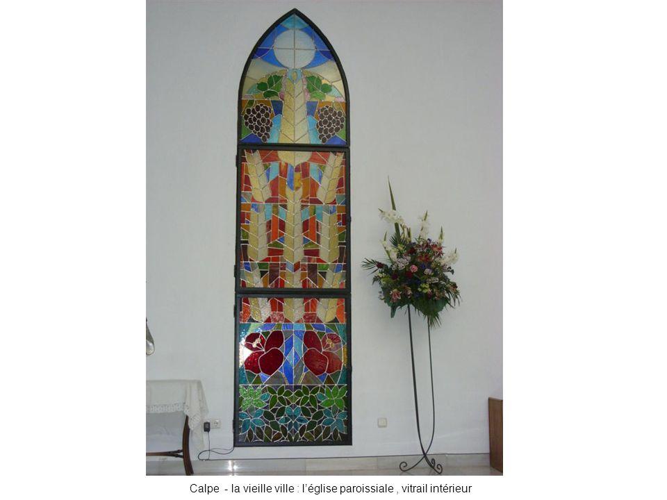Calpe - la vieille ville : l'église paroissiale , vitrail intérieur