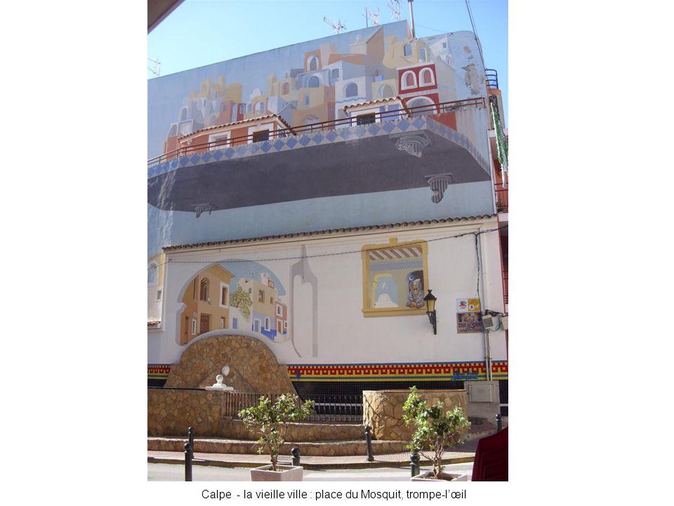 Calpe - la vieille ville : place du Mosquit, trompe-l'œil