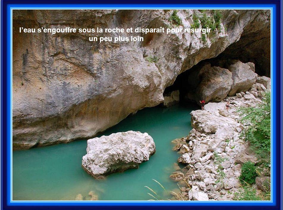 l'eau s'engouffre sous la roche et disparaît pour resurgir