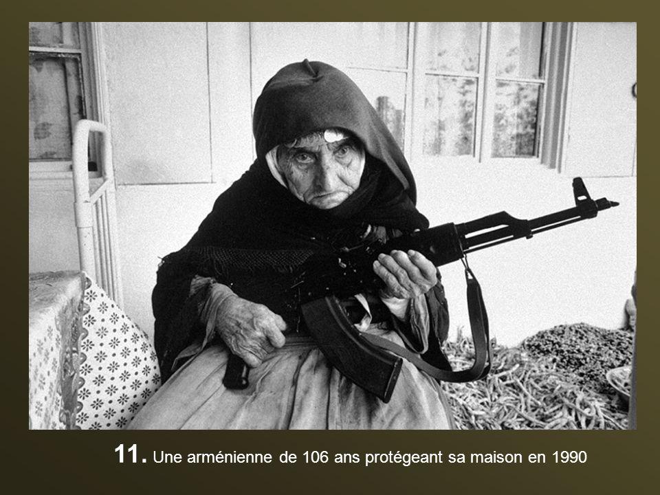 11. Une arménienne de 106 ans protégeant sa maison en 1990