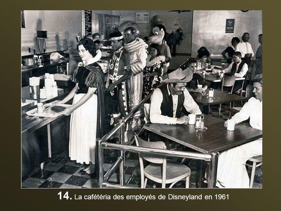 14. La cafétéria des employés de Disneyland en 1961