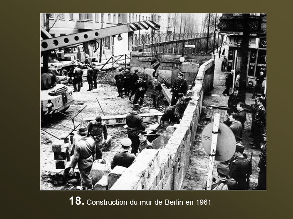 18. Construction du mur de Berlin en 1961