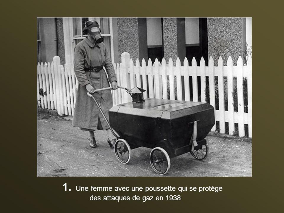 Une femme avec une poussette qui se protège