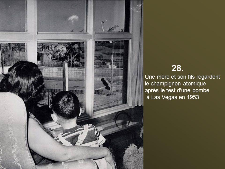 28. Une mère et son fils regardent le champignon atomique