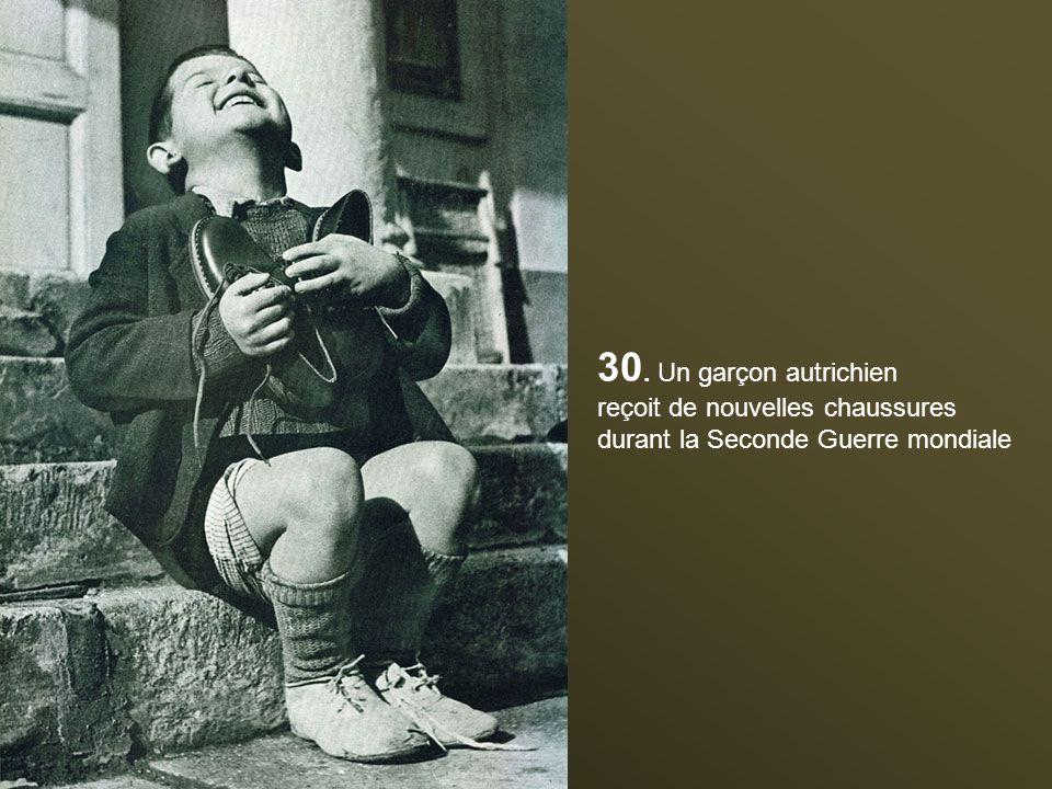 30. Un garçon autrichien reçoit de nouvelles chaussures