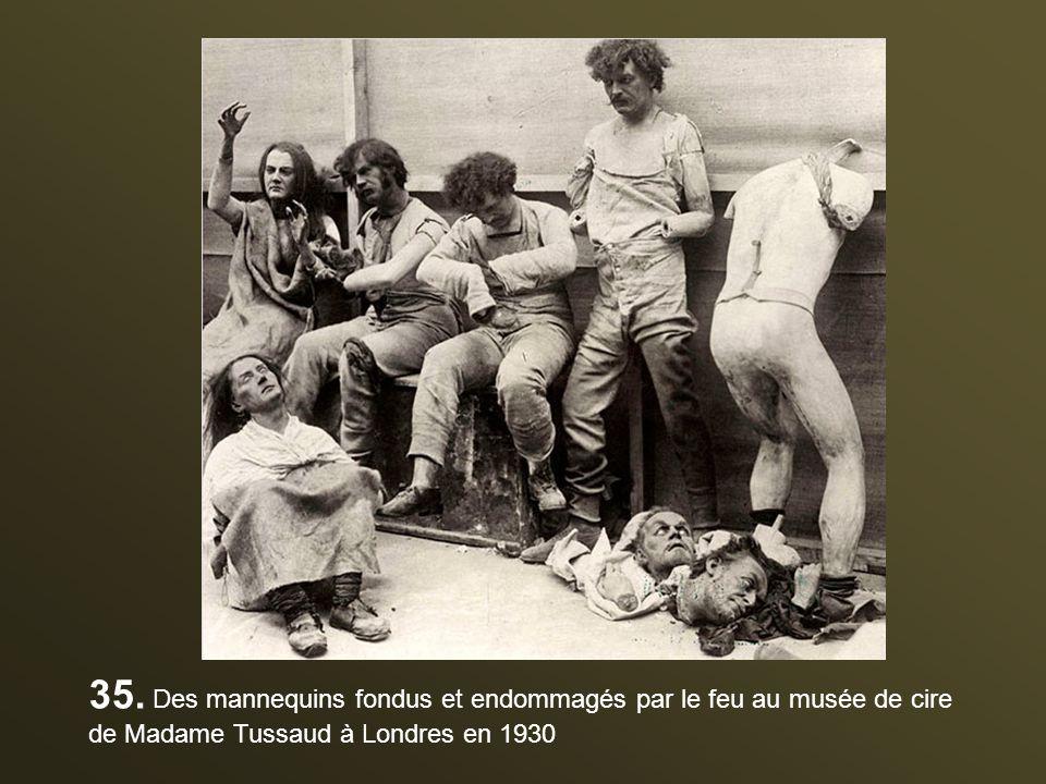35. Des mannequins fondus et endommagés par le feu au musée de cire