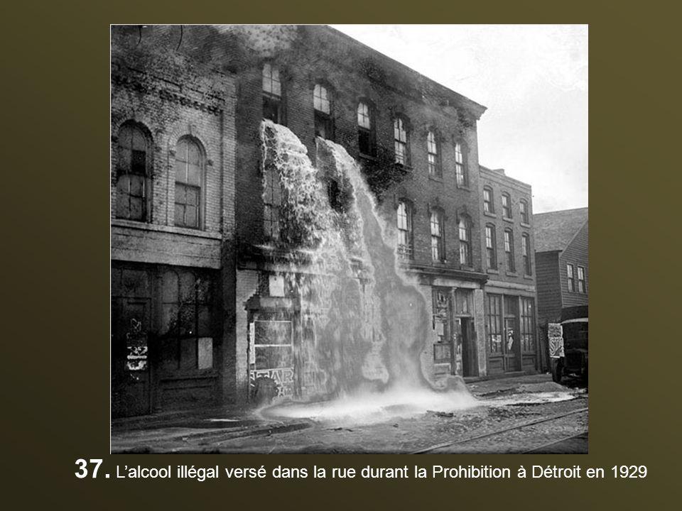 37. L'alcool illégal versé dans la rue durant la Prohibition à Détroit en 1929