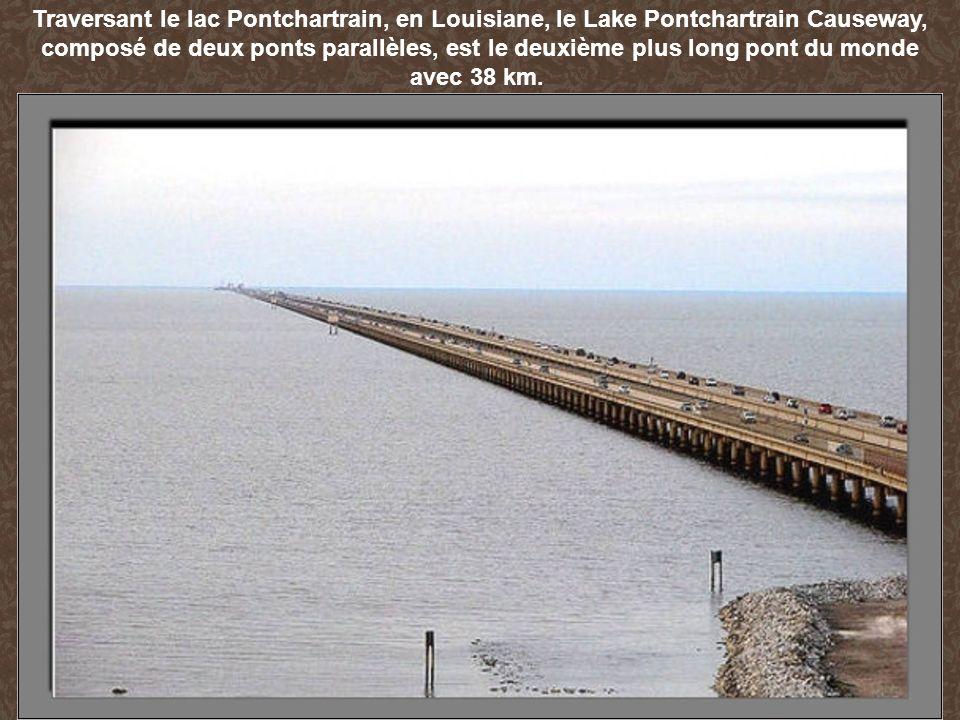 Traversant le lac Pontchartrain, en Louisiane, le Lake Pontchartrain Causeway, composé de deux ponts parallèles, est le deuxième plus long pont du monde