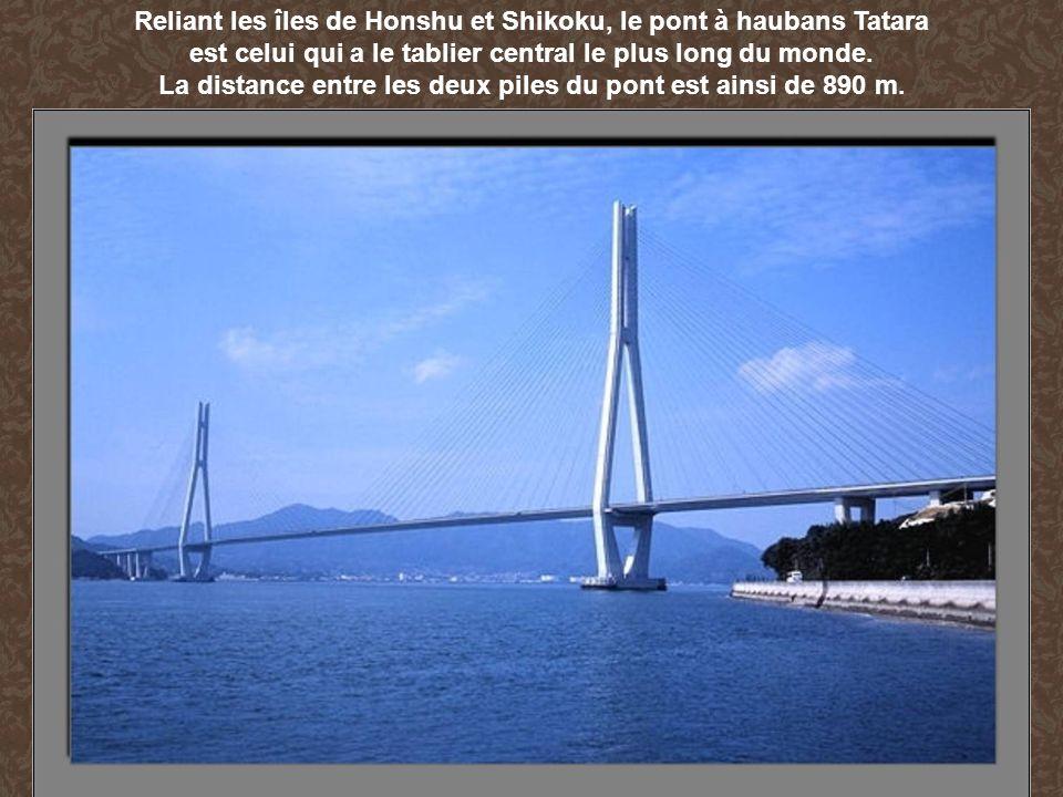 Reliant les îles de Honshu et Shikoku, le pont à haubans Tatara
