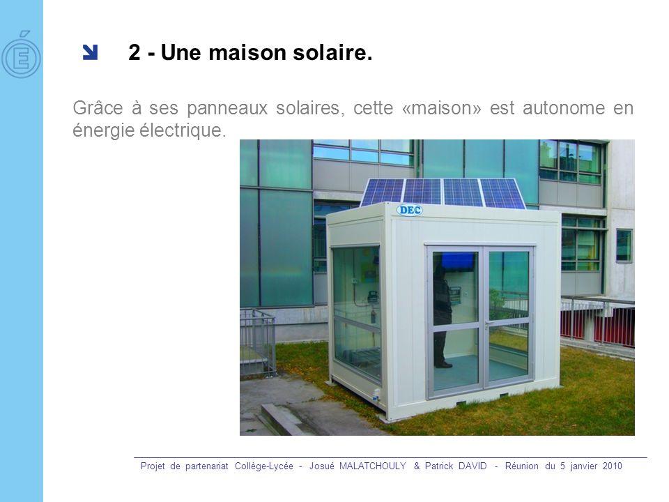 2 - Une maison solaire. Grâce à ses panneaux solaires, cette «maison» est autonome en énergie électrique.