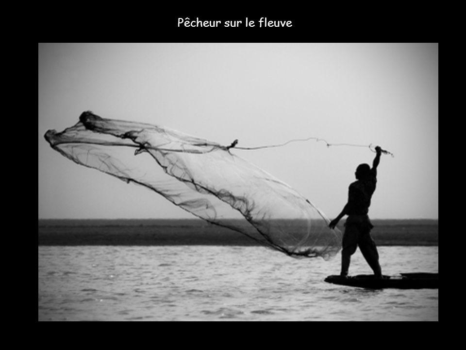 Pêcheur sur le fleuve
