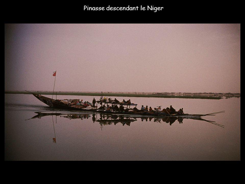 Pinasse descendant le Niger