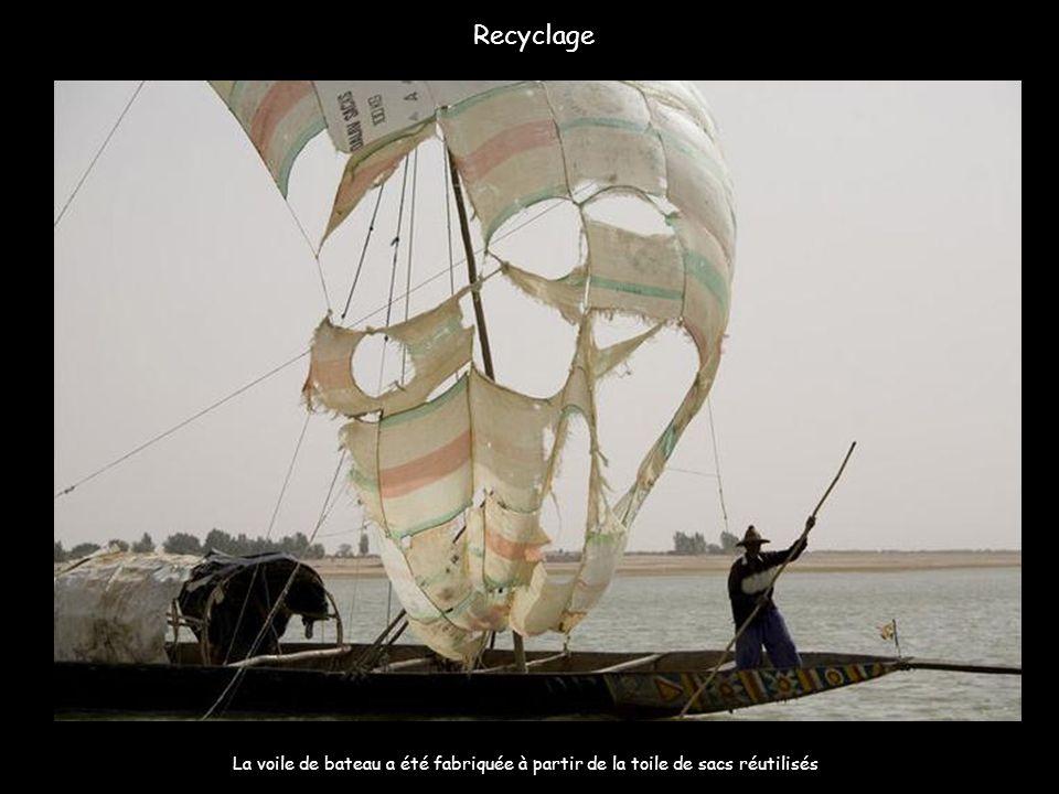 Recyclage La voile de bateau a été fabriquée à partir de la toile de sacs réutilisés.