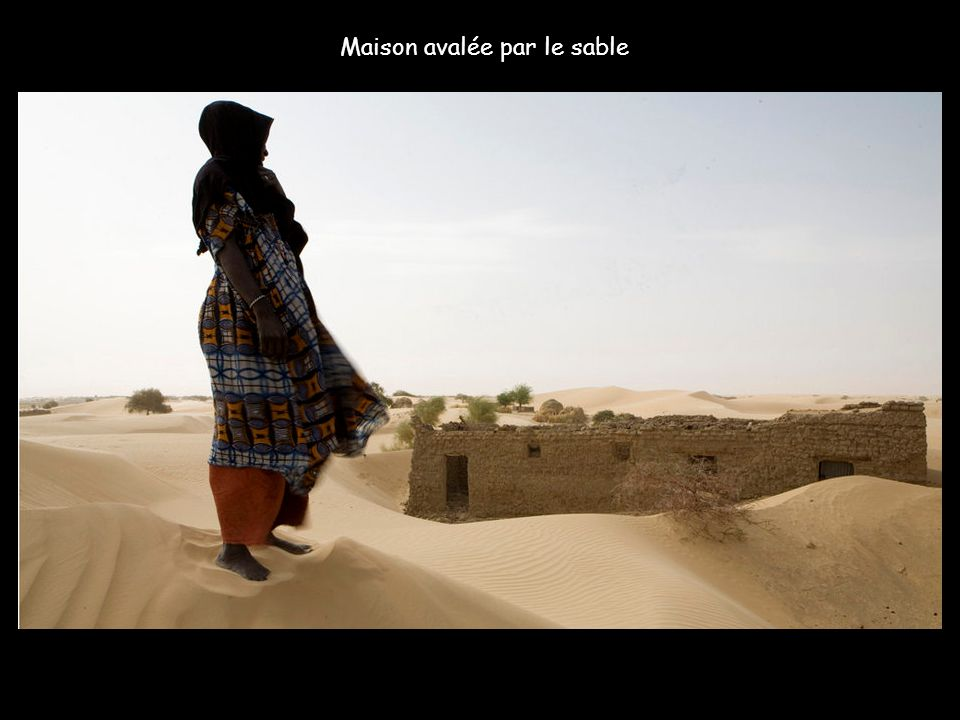 Maison avalée par le sable