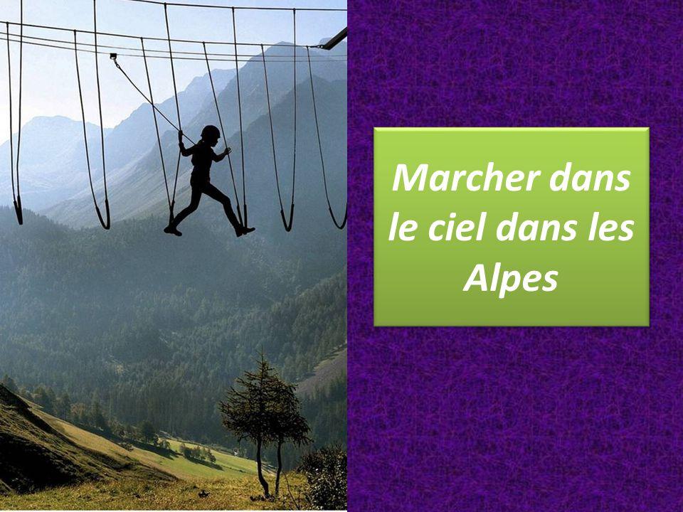 Marcher dans le ciel dans les Alpes