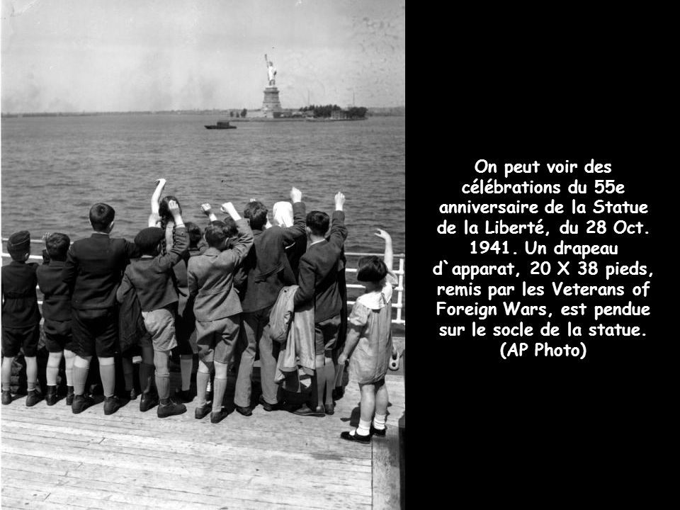 On peut voir des célébrations du 55e anniversaire de la Statue de la Liberté, du 28 Oct.