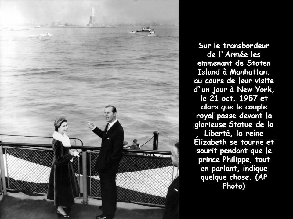 Sur le transbordeur de l`Armée les emmenant de Staten Island à Manhattan, au cours de leur visite d`un jour à New York, le 21 oct.