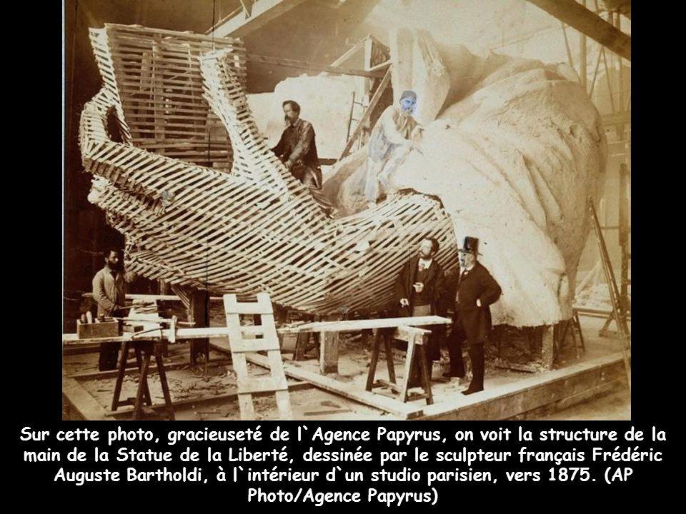 Sur cette photo, gracieuseté de l`Agence Papyrus, on voit la structure de la main de la Statue de la Liberté, dessinée par le sculpteur français Frédéric Auguste Bartholdi, à l`intérieur d`un studio parisien, vers 1875.