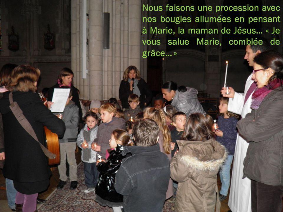 Nous faisons une procession avec nos bougies allumées en pensant à Marie, la maman de Jésus… « Je vous salue Marie, comblée de grâce… »