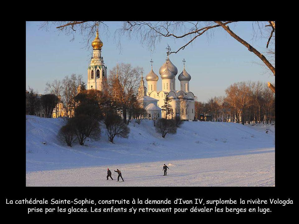 La cathédrale Sainte-Sophie, construite à la demande d'Ivan IV, surplombe la rivière Vologda prise par les glaces.