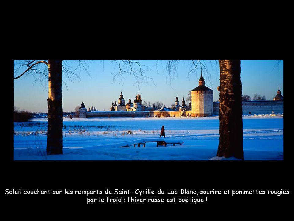 Soleil couchant sur les remparts de Saint- Cyrille-du-Lac-Blanc, sourire et pommettes rougies par le froid : l'hiver russe est poétique !