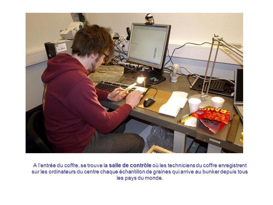 A l'entrée du coffre, se trouve la salle de contrôle où les techniciens du coffre enregistrent sur les ordinateurs du centre chaque échantillon de graines qui arrive au bunker depuis tous les pays du monde.