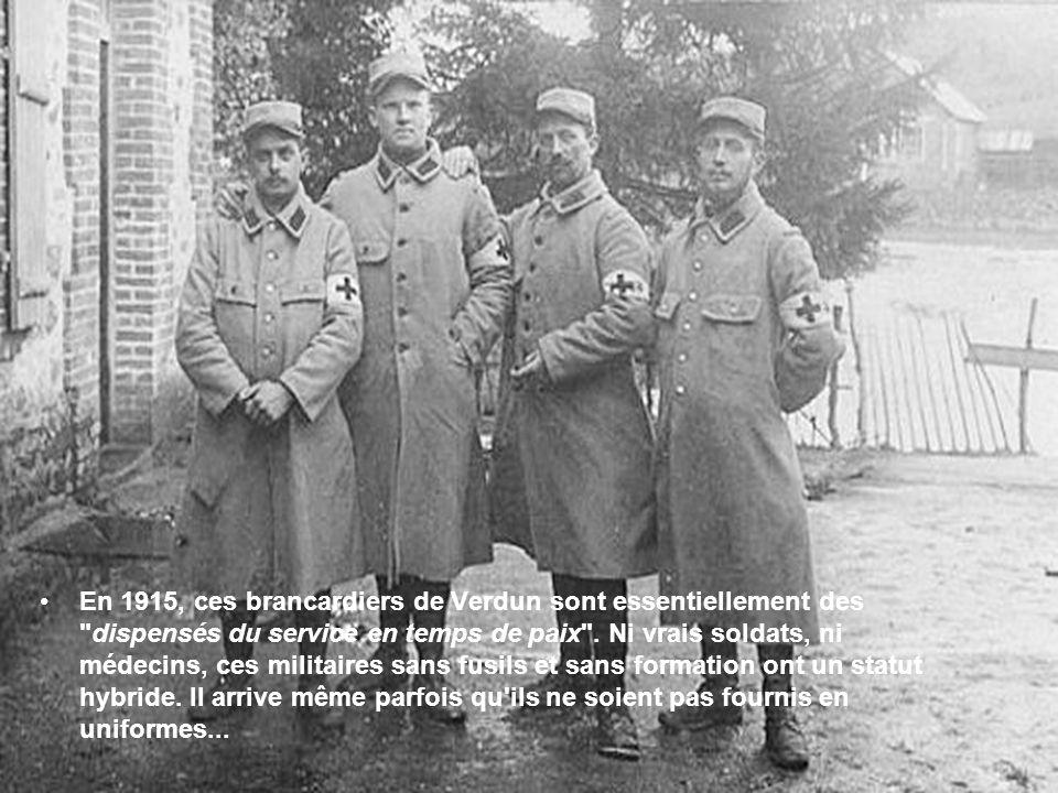 En 1915, ces brancardiers de Verdun sont essentiellement des dispensés du service en temps de paix .