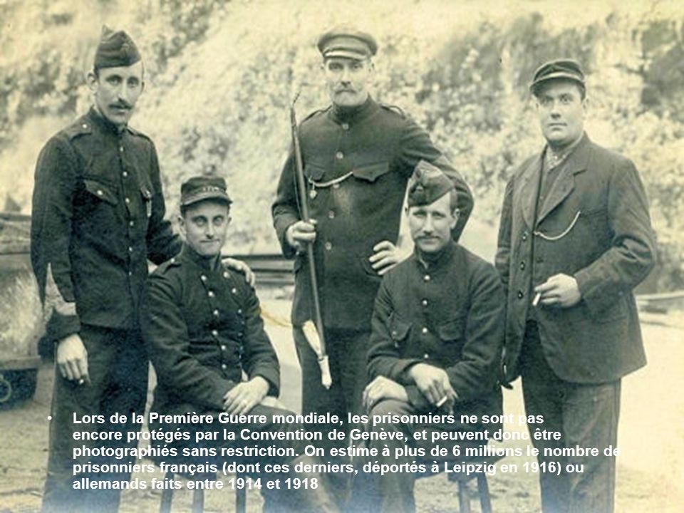 Lors de la Première Guerre mondiale, les prisonniers ne sont pas encore protégés par la Convention de Genève, et peuvent donc être photographiés sans restriction.