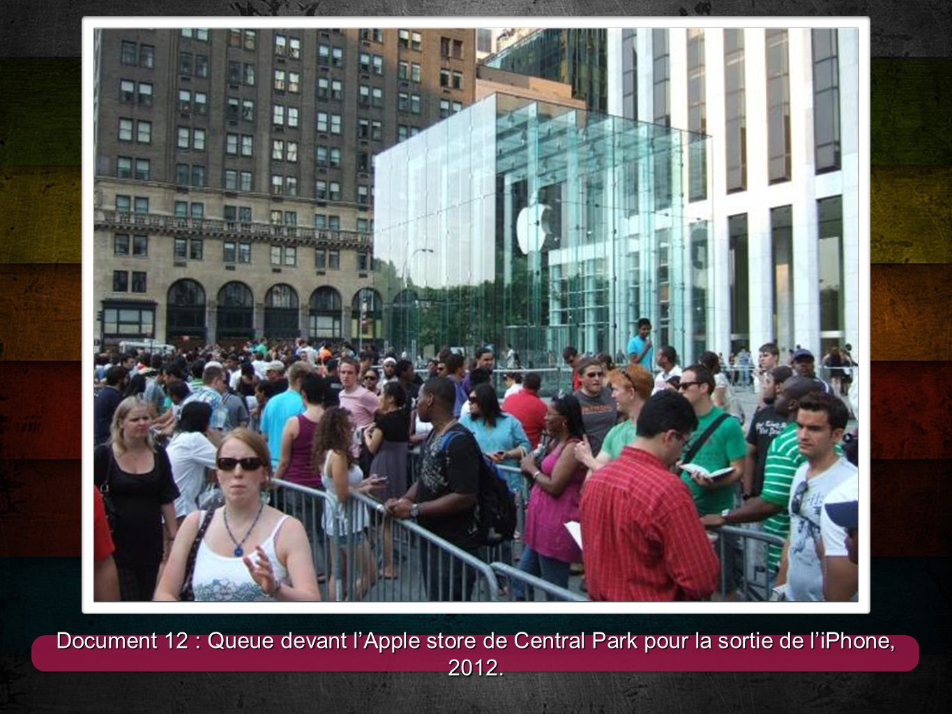 Document 12 : Queue devant l'Apple store de Central Park pour la sortie de l'iPhone, 2012.