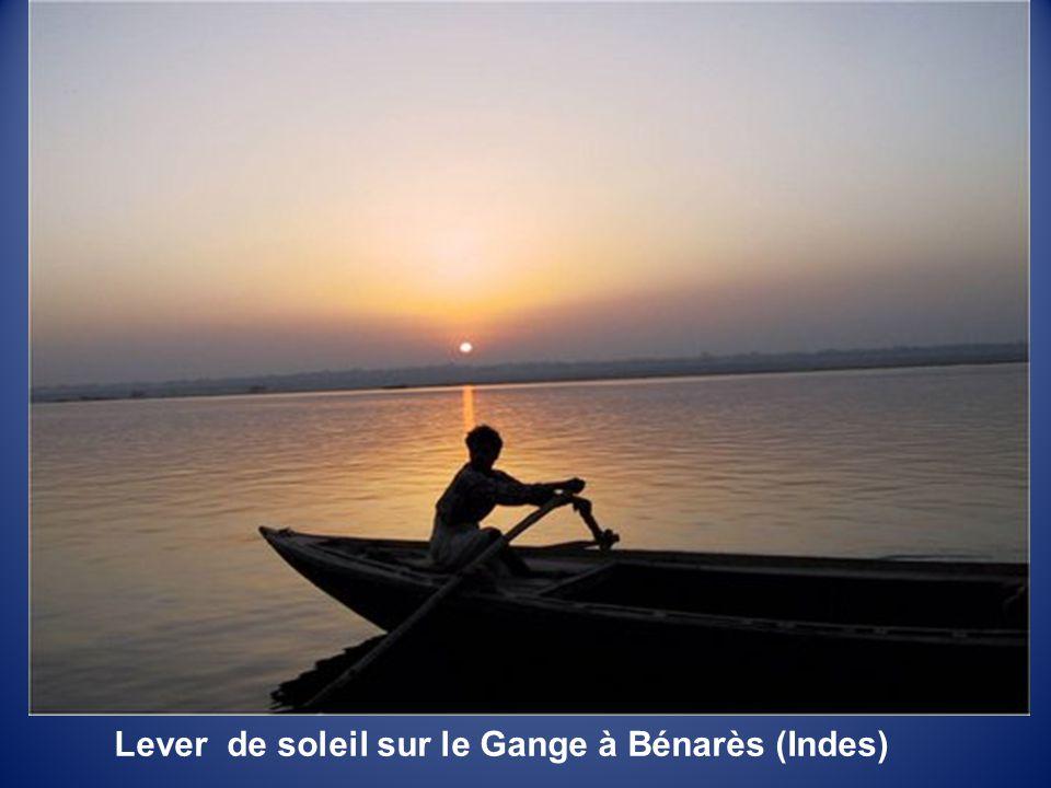 Lever de soleil sur le Gange à Bénarès (Indes)