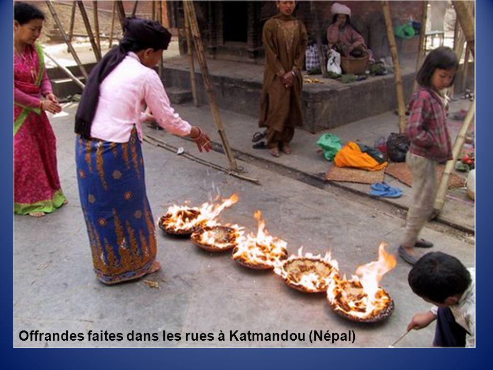 Offrandes faites dans les rues à Katmandou (Népal)