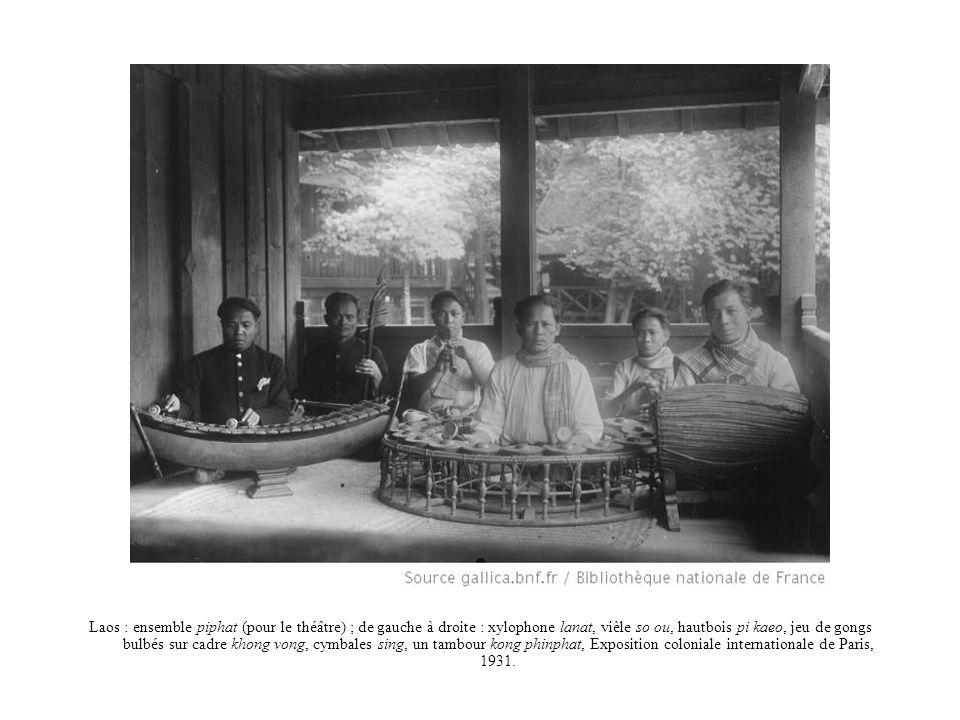 Laos : ensemble piphat (pour le théâtre) ; de gauche à droite : xylophone lanat, vièle so ou, hautbois pi kaeo, jeu de gongs bulbés sur cadre khong vong, cymbales sing, un tambour kong phinphat, Exposition coloniale internationale de Paris, 1931.