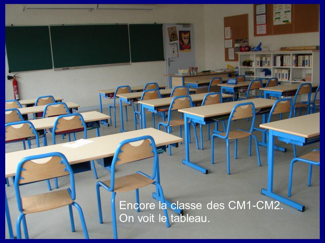 Encore la classe des CM1-CM2. On voit le tableau.